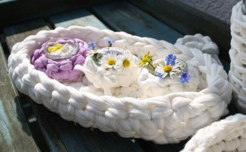 Brötchenkorb aus Textilgarn und Lichterkette als Deko