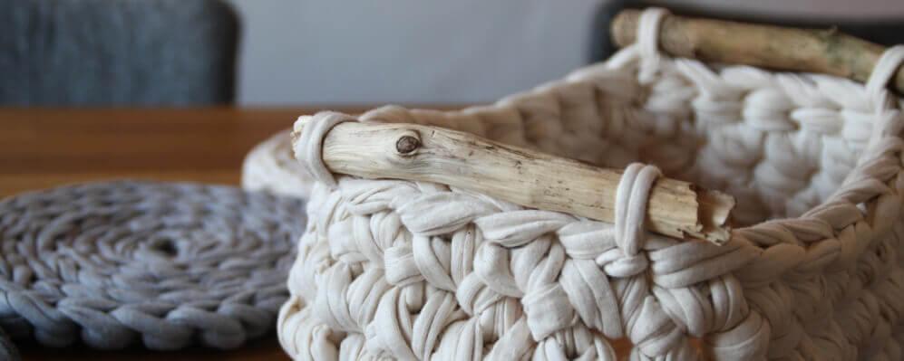 Häkelkorb Mit Treibholz Textilgarn Bändchengarn Und Dicke Wolle