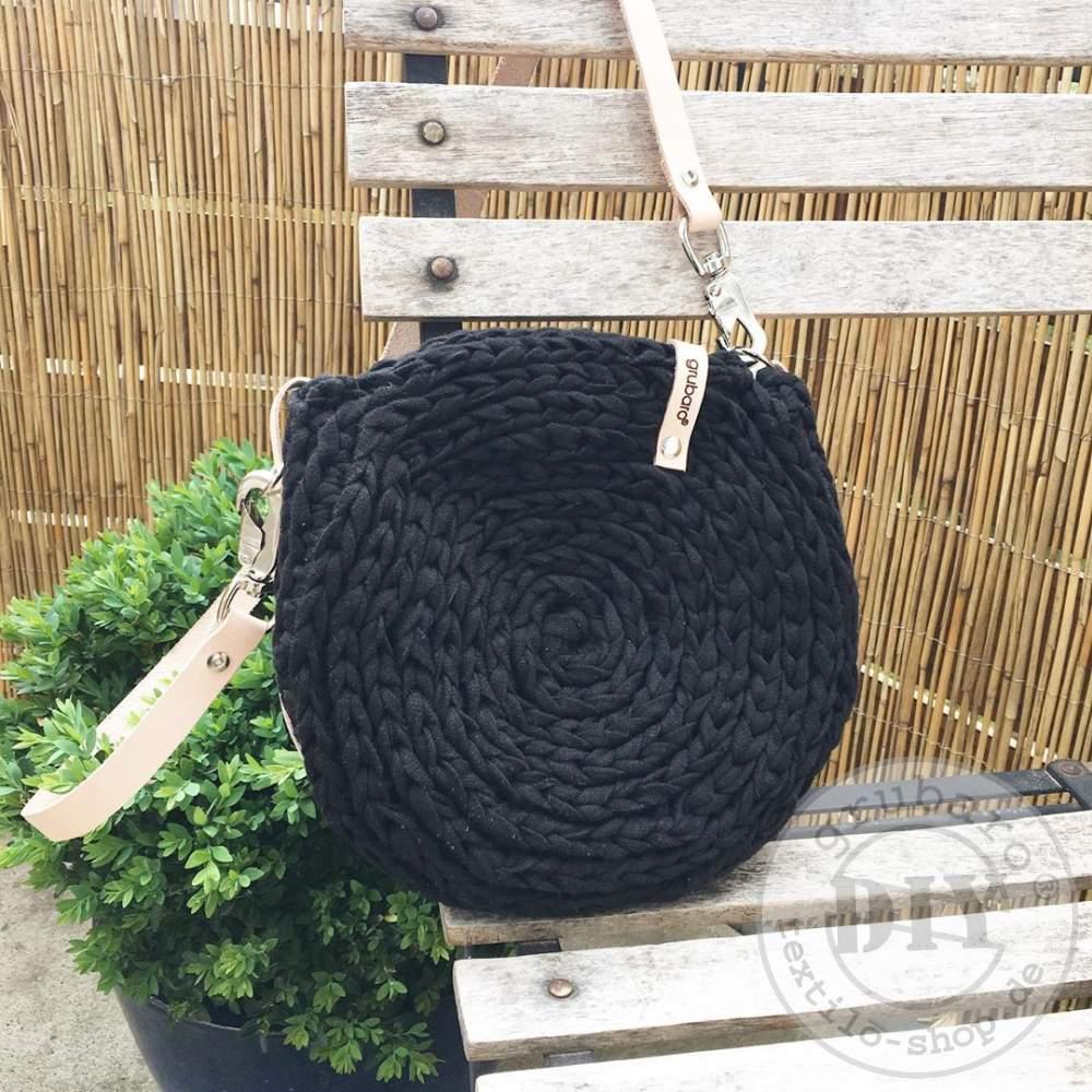 gehäkelte Handtasche aus Strickband schwarz