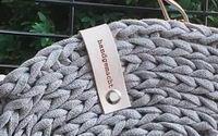 Detail Lederschlaufe an Häkeltasche aus Strickschnur
