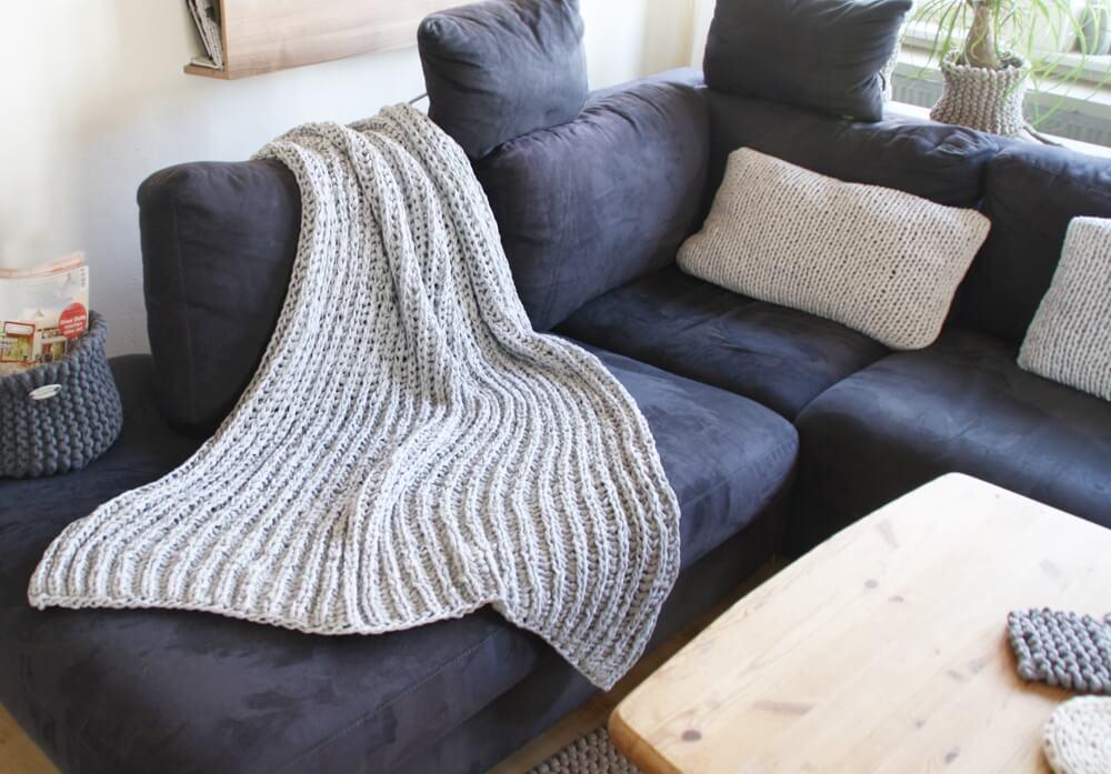 Sofa-Strickdecke im Patentmuster