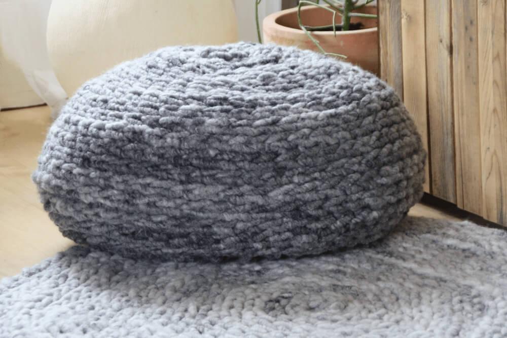 Gehäkelter Sitzpouf aus Wolle